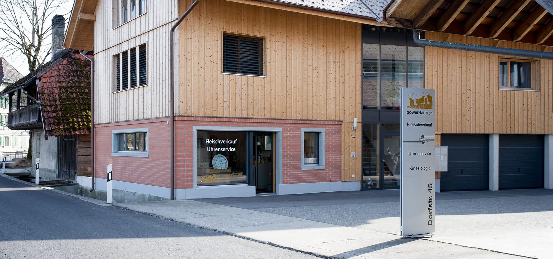 In Lyssach, an der Dorfstrasse 45, befindet sich der power-farm-Hofladen der Familie von Ballmoos.