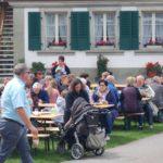 Gemütliches Beisammensein am Hoffest der Familie von Ballmoos auf der power-farm in Lyssach.